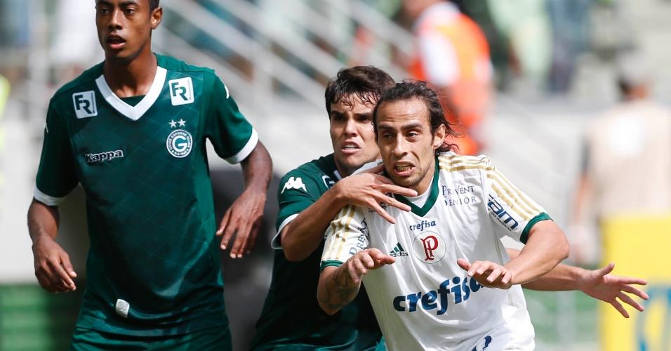 Valdivia (branco) tenta fugir da marcação dos jogadores do Goiás em jogo do Palmeiras no Campeonato Brasileiro