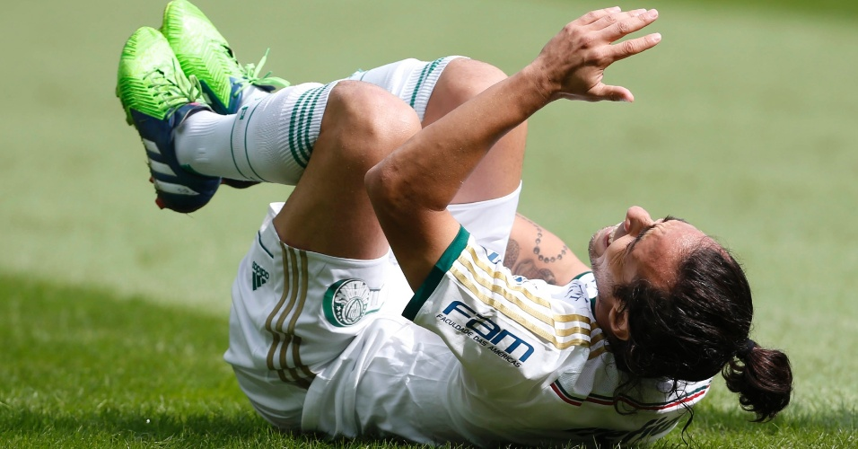 Valdivia cai no gramado durante jogo do Palmeiras