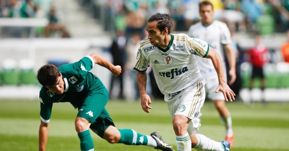 Valdivia tenta driblar jogador do Goiás em jogo do Palmeiras no Campeonato Brasileiro