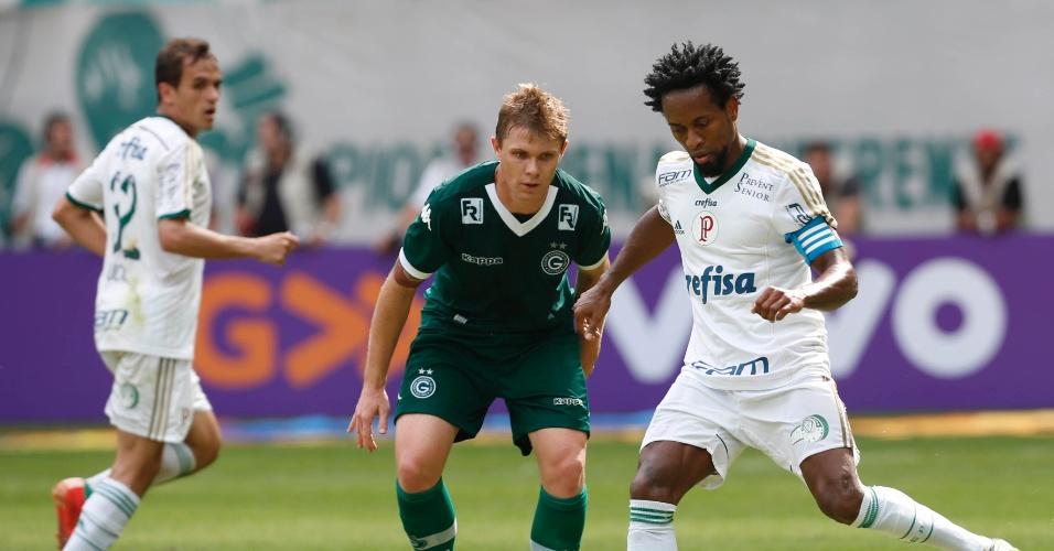 Zé Roberto tenta fugir da marcação de Forster em jogo entre Palmeiras e Goiás