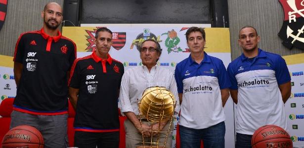 Maqruinhos e José Neto, do Flamengo, o ex-presidente da LNB Kouros Monadjemi e Guerrinha e Alex, do Bauru