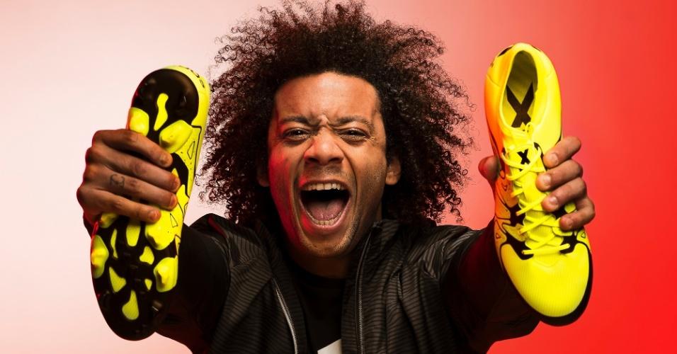 Marcelo mostra sua nova chuteira da Adidas