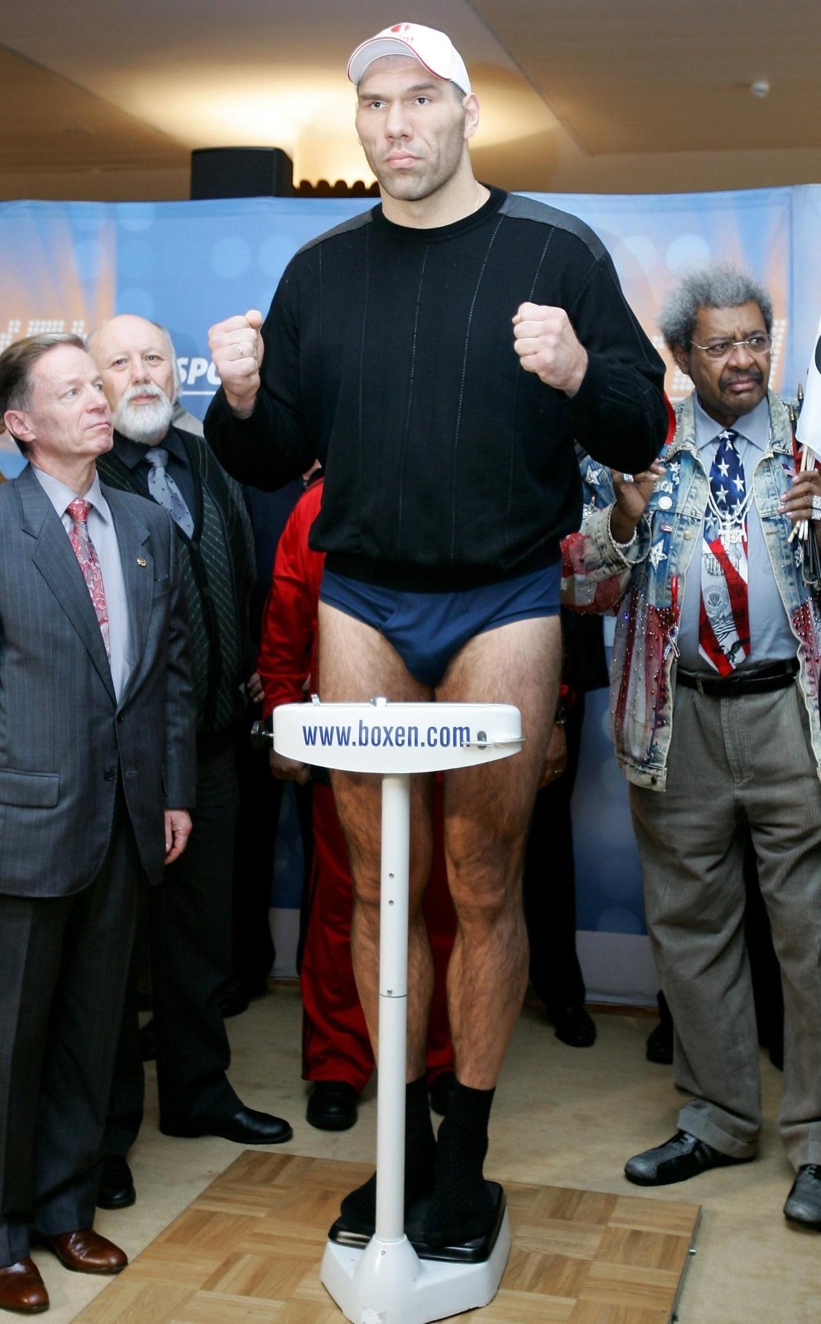 Nikolai Valuev realiza pesagem pantes de luta contra o norte-americano Jameel McCline, em 2011
