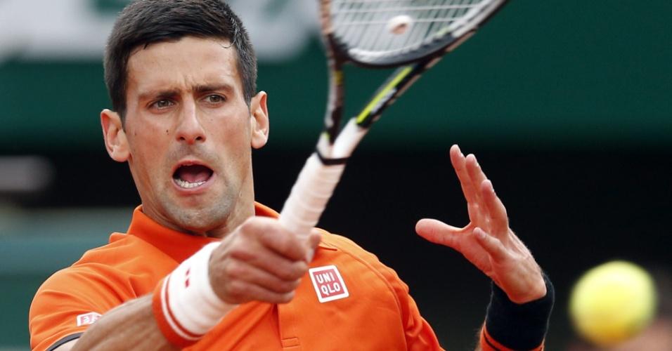 Novak Djokovic acerta forehand em sua estreia em Roland Garros