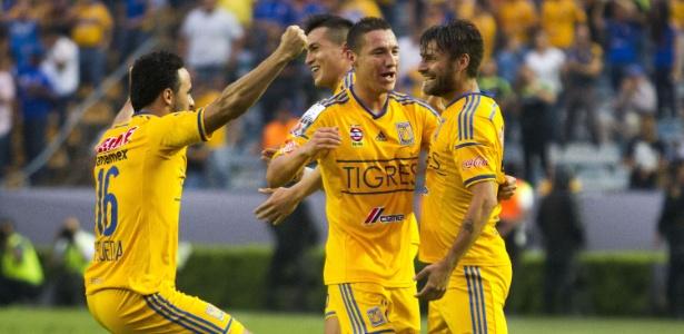 Rafael Sóbis comemora o seu gol pelo Tigres contra o Emelec