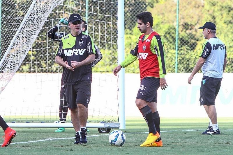 Levir Culpi e Guilherme conversam durante o treino do Atlético-MG