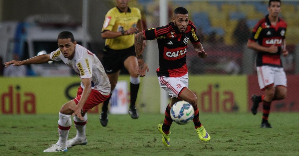 Paulinho disputa lance em partida do Flamengo contra o Náutico, pela Copa do Brasil, nesta quarta-feira (27)