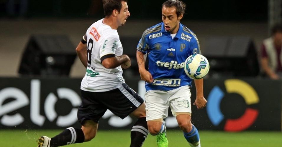 Valdivia, meia do Palmeiras, disputa bola com Max, meia do ASA, em partida pela Copa do Brasil, nesta quarta-feira (27)