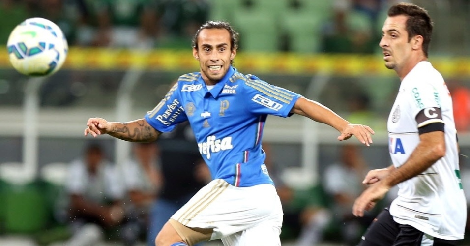 Valdivia tenta dominar bola em partida do Palmeiras contra o ASA, pela Copa do Brasil, nesta quarta-feira (27)