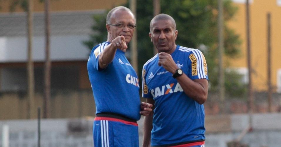 Auxiliar Jayme de Almeida conversa com o técnico do Flamengo, Cristóvão Borges