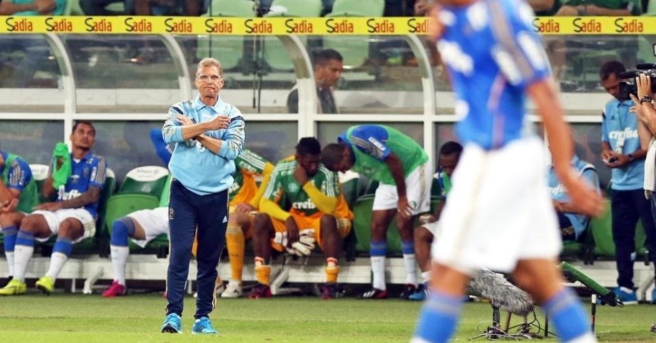 Desanimado, Oswaldo de Oliveira observa partida do Palmeiras contra o ASA, pela Copa do Brasil, nesta quarta-feira (27)