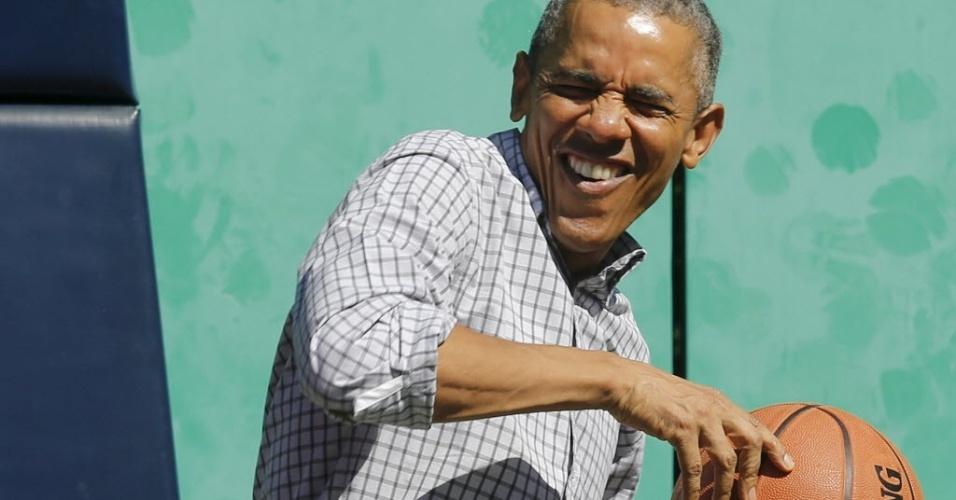 Presidente dos Estados Unidos, Barack Obama joga basquete em evento na Casa Branca durante evento na Páscoa, em abril de 2015