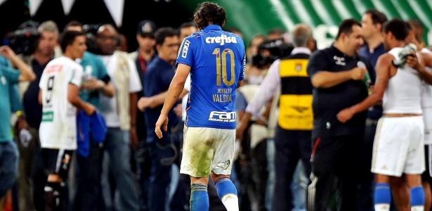 Valdivia deixa o campo de cabeça baixa, após Palmeiras ficar no empate sem gols com o ASA, pela Copa do Brasil, nesta quarta-feira (27)