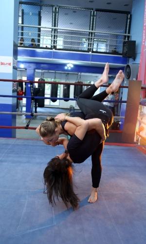 Glenda durante entrevista com a lutadora de MMA Ronda Rousey, em 2014
