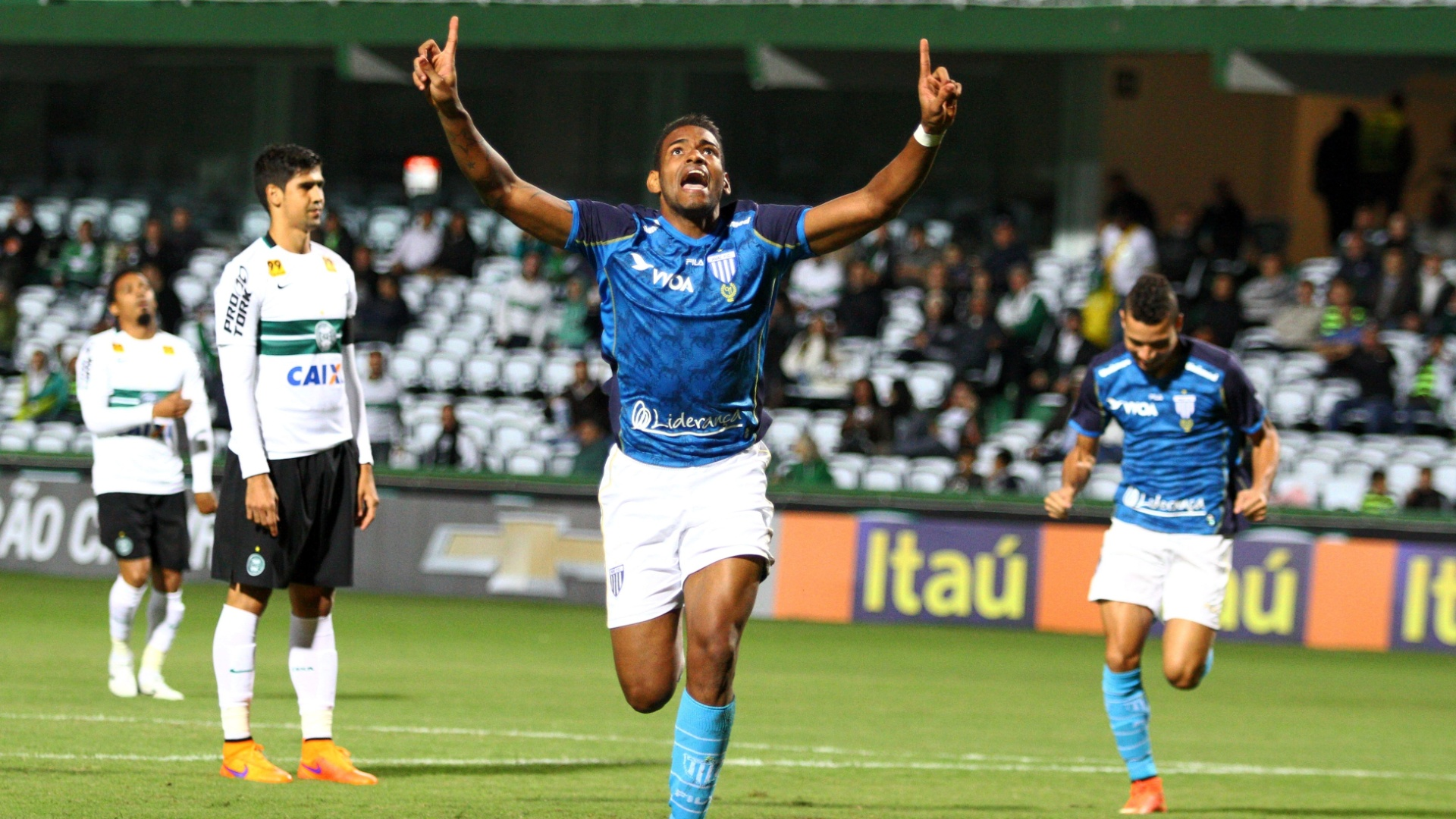 Anderson Lopes, do Avaí, comemora após marcar gol na partida contra o Coritiba, válida pela 4ª rodada do Campeonato Brasileiro, no Estádio Couto Pereira, em Curitiba