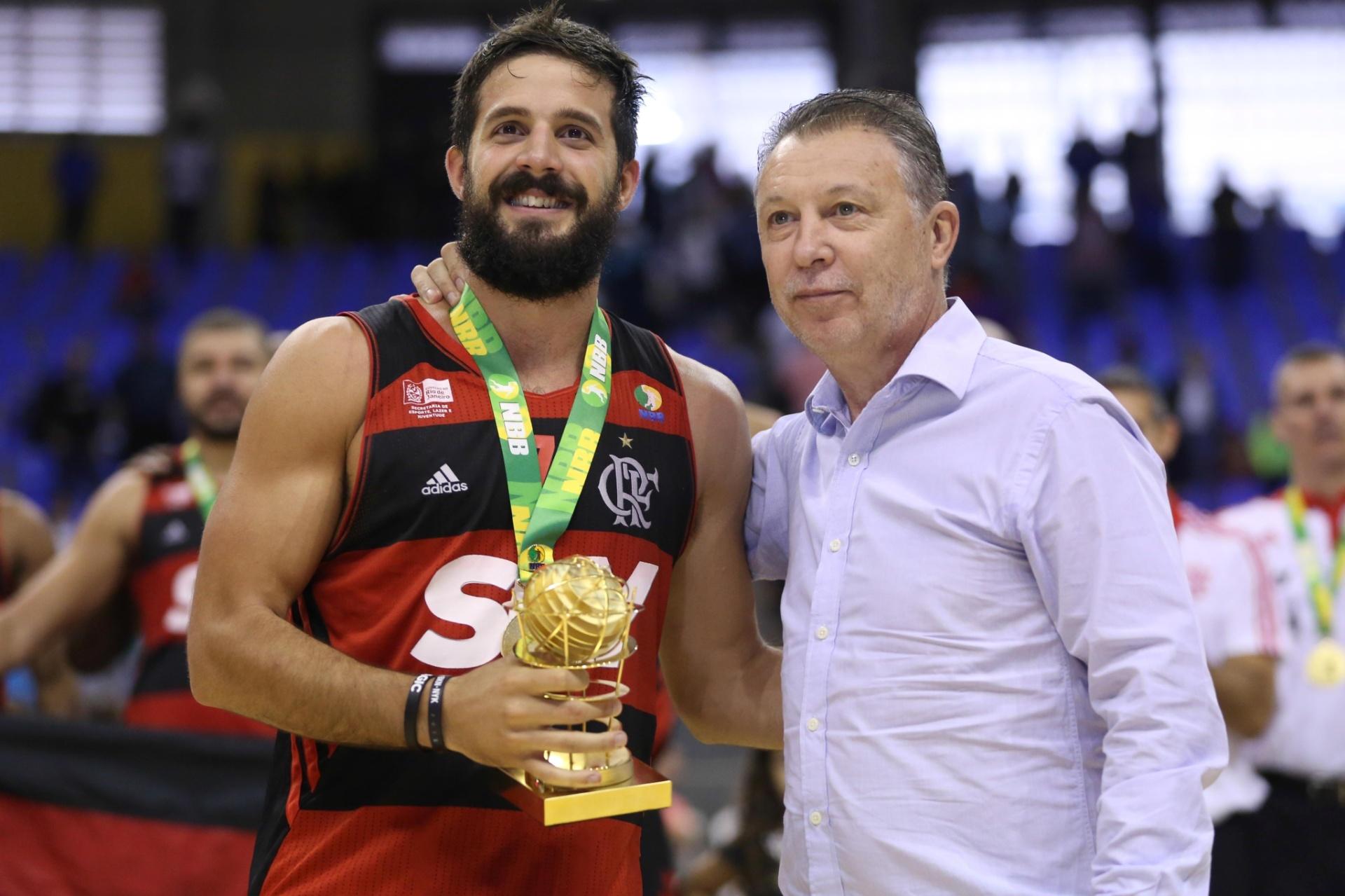 Ao lado do técnico Ruben Magnano, argentino Laprovittola é eleito o MVP das finais do NBB