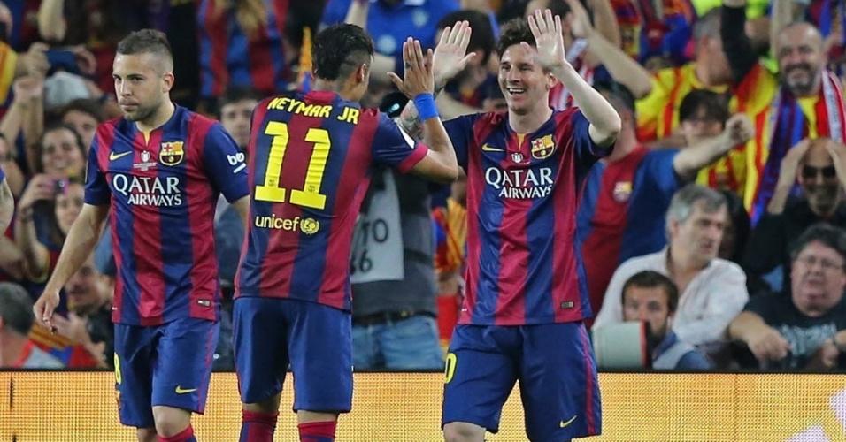 Depois de marcar um golaço na final da Copa do Rei, Messi comemora com Neymar