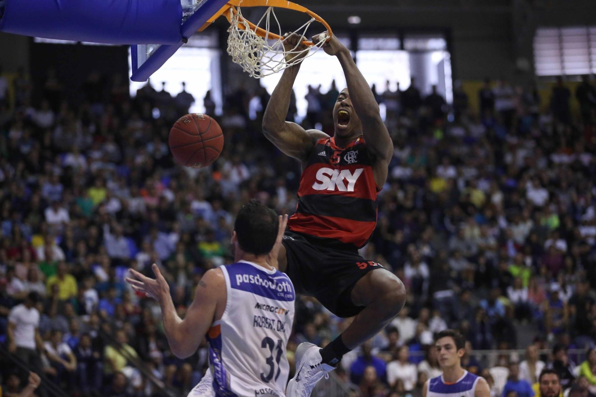 Meyinsse converte enterrada para o Flamengo na vitória sobre o Bauru na decisão do NBB