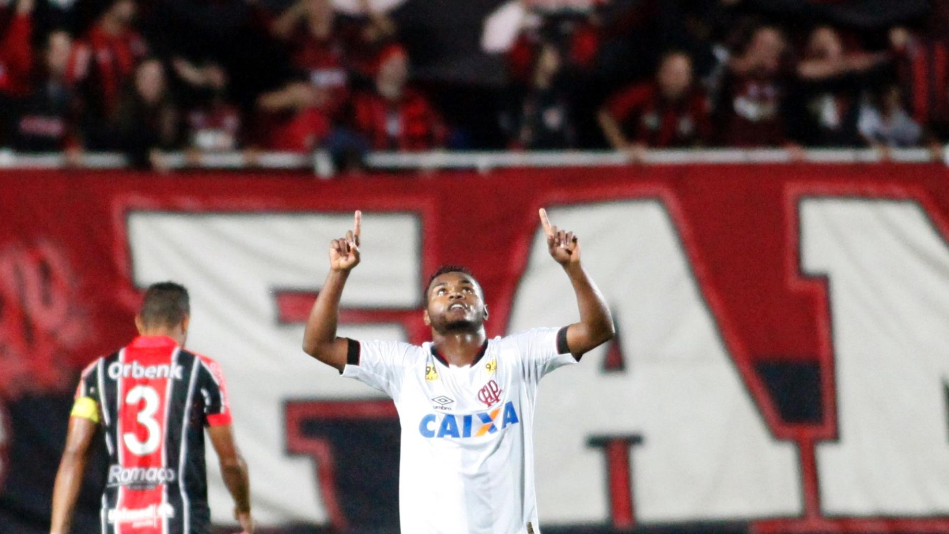 Nikão do Atlético PR comemora gol durante a partida entre Joinville e Atlético-PR válida pela Série A do Campeonato Brasileiro 2015, no Estádio Arena Joinville em Joinville (SC)