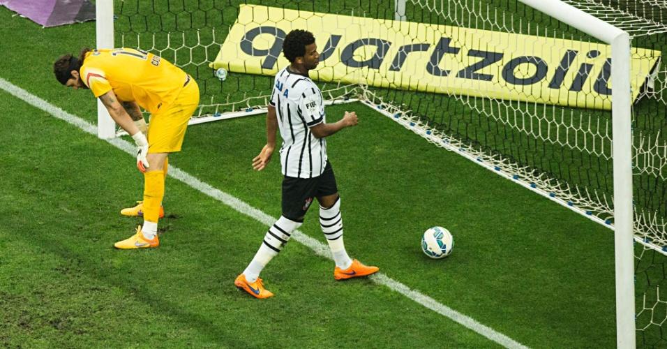 Cássio e Gil lamentam o primeiro gol marcado pelo Palmeiras