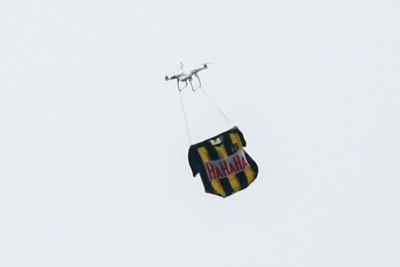 Drone com a camisa do Guaraní, do Paraguai, sobrevoa a Arena Corinthians
