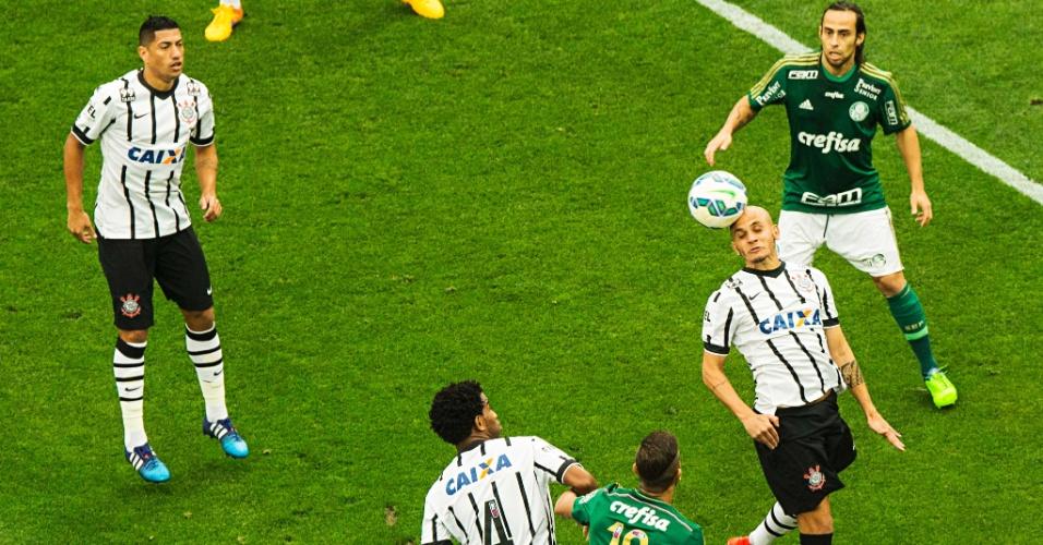 Fábio Santos sobe para tirar a bola de cabeça