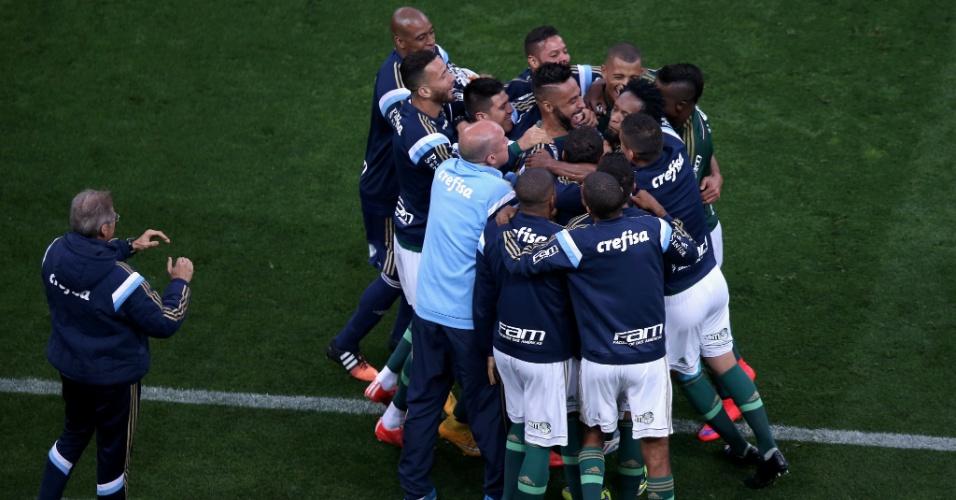 Jogadores reservas do Palmeiras comemoram com Zé Roberto