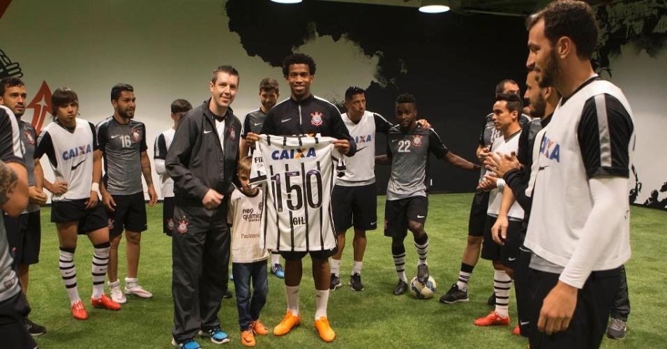 O zagueiro Gil é homenageado com uma camisa com o número 150, alusão ao número de jogos que completa neste domingo