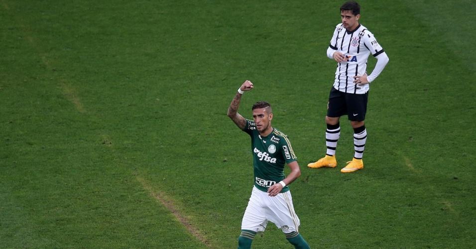 Rafael Marques comemora o primeiro gol do Palmeiras, enquanto Fagner lamenta