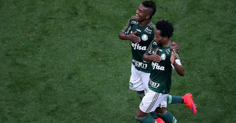 Zé Roberto comemora junto com Kelvin o segundo gol do Palmeiras