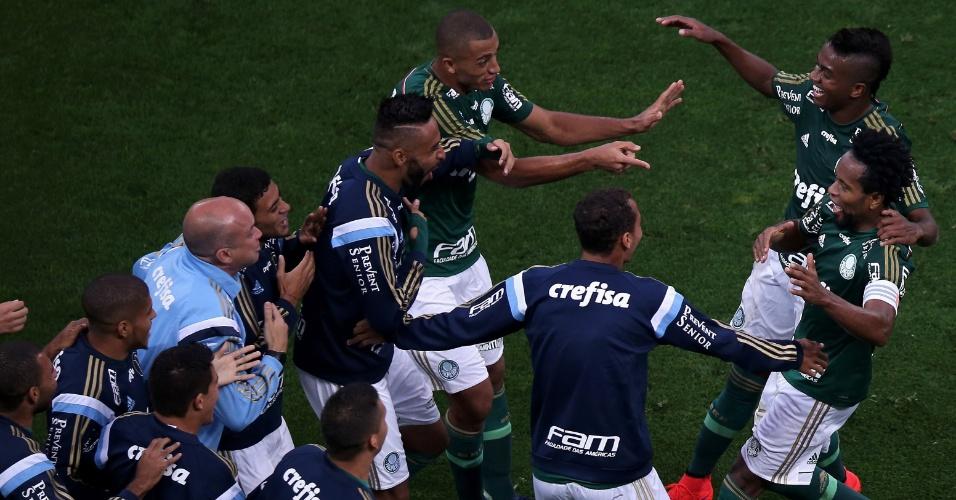 Zé Roberto comemora junto com os jogadores reservas do Palmeiras