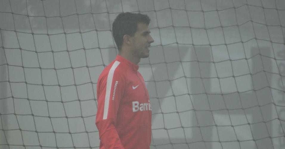 01.jun.2015 - Nilmar volta a treinar com bola pelo Inter após ter suspeita de fratura no maxilar