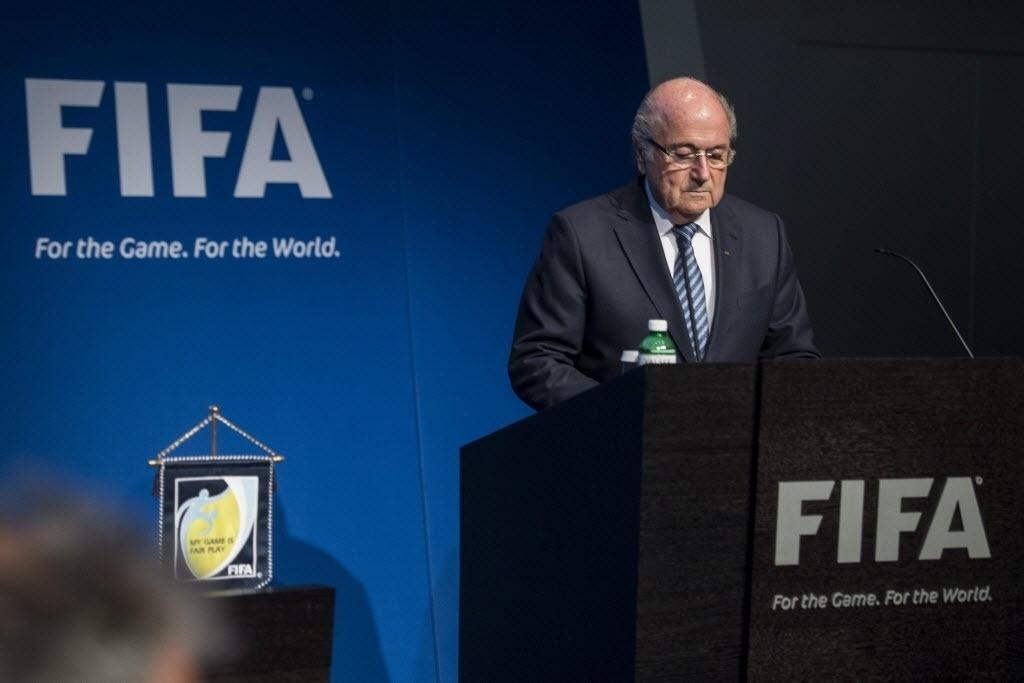 Joseph Blatter anuncia sua renúncia do cargo de presidente da Fifa depois de 17 anos no poder