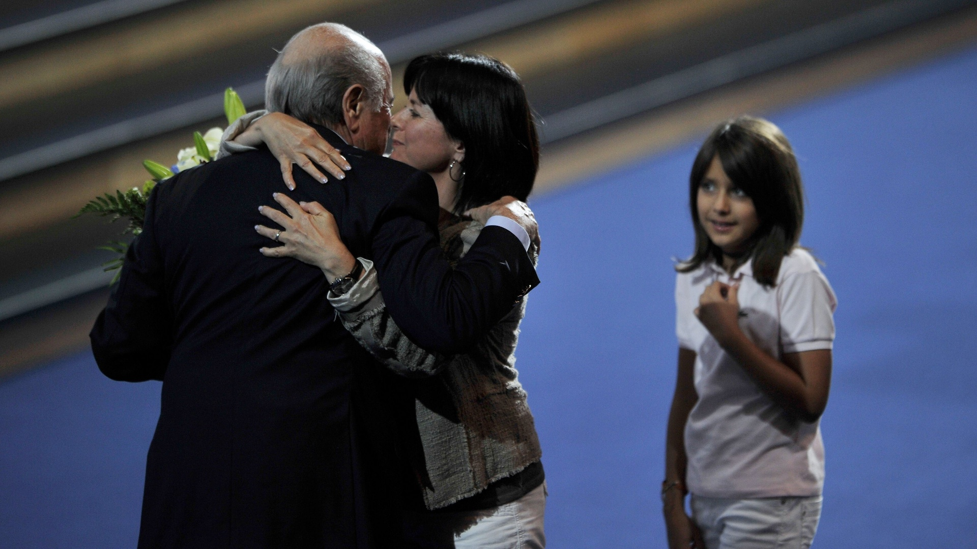 Joseph Blatter, presidente da Fifa, é abraçado pela filha Corinne após a eleição de 2011