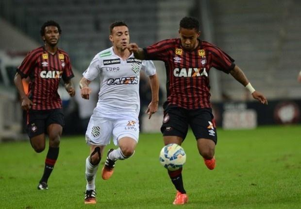 Jogadores de Atlético-PR e Figueirense disputam bola em jogo válido pelo Campeonato Brasileiro