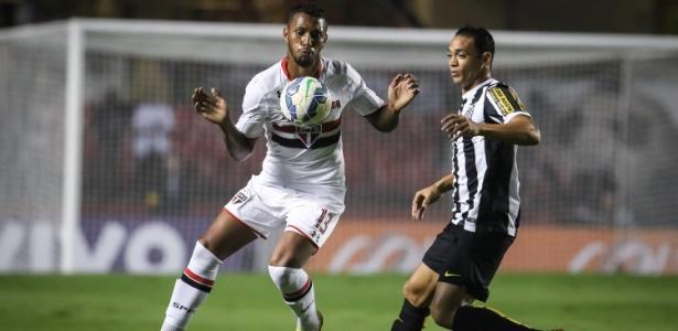Ricardo Oliveira se aproxima para disputa de bola com Paulo Miranda, no clássico entre São Paulo e Santos, no Morumbi