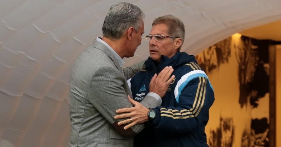 Tite e Oswaldo de Oliveira se abraçam durante o clássico entre Corinthians e Palmeiras pelo Campeonatro Paulista