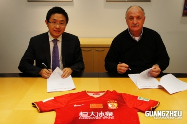 04 jun 2015 - Felipão assina contrato com o Guangzhou Evergrande, da China
