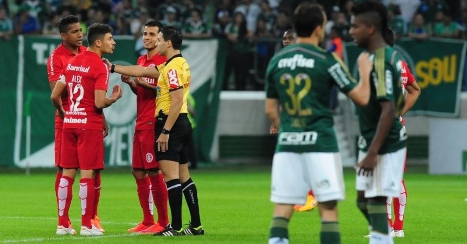 Alex (esq.) conversa com árbitro, após levar cartão amarelo antes mesmo do início da partida entre Palmeiras e Internacional nesta quinta-feira (4), válida pelo Campeonato Brasileiro