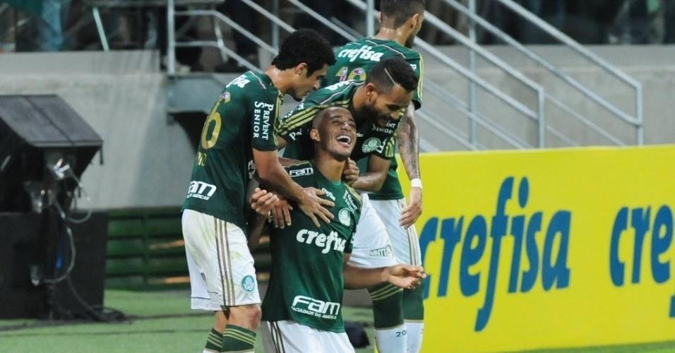 Após abrir o placar para o Palmeiras, Vitor Hugo comemora com companheiros de time, durante partida contra o Internacional nesta quinta-feira (4), pelo Campeonato Brasileiro