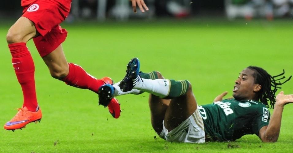Arouca (dir.), do Palmeiras, cai no gramado após disputa com Nilmar, do Internacional, durante partida nesta quinta-feira (4), válida pelo Campeonato Brasileiro