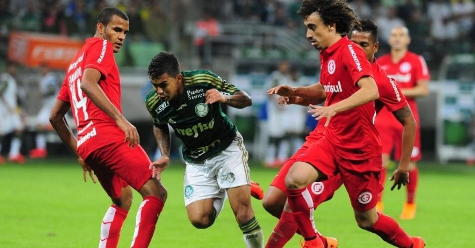 Dudu, do Palmeiras, é marcado por jogadores do Internacional durante partida nesta quinta-feira (4), válida pelo Campeonato Brasileiro
