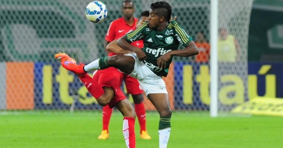 Kelvin (dir.), do Palmeiras, tenta dominar bola durante partida contra o Internacional, nesta quinta-feira (4), válida pelo Campeonato Brasileiro