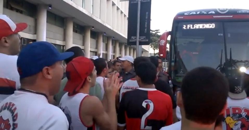 Torcedores protestam em desembarque do Flamengo