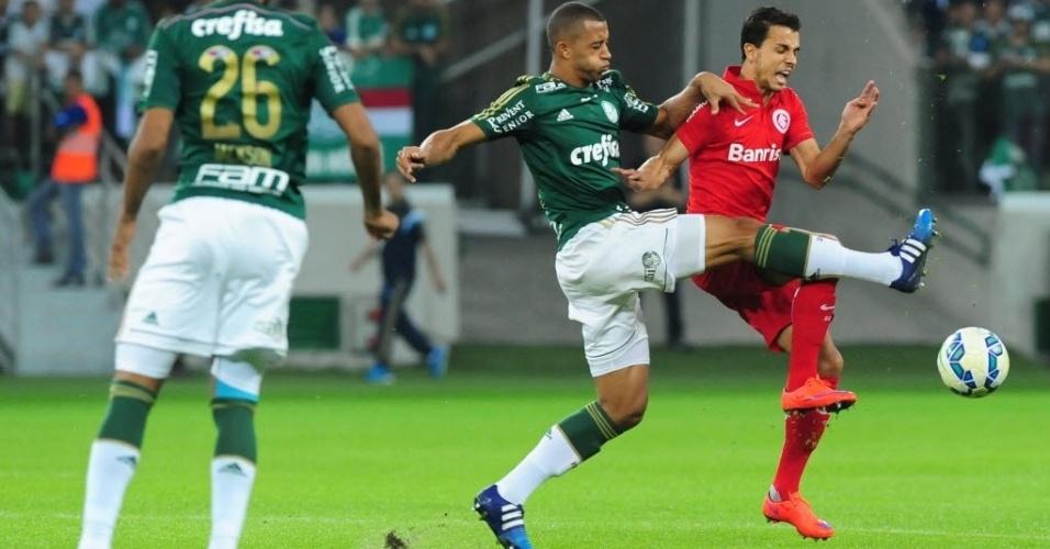 Vitor Hugo (esq.), do Palmeiras, e Nilmar (dir.), do Internacional, disputam a bola, durante partida nesta quinta-feira (4), válida pelo Campeonato Brasileiro