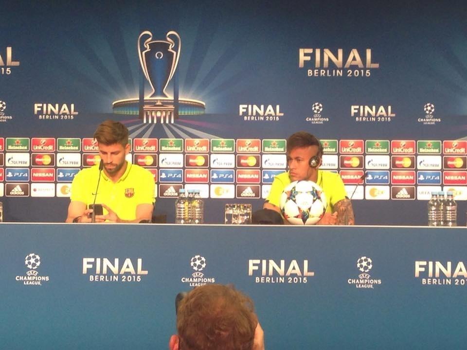 Neymar e Piqué participaram de entrevista coletiva à véspera da final
