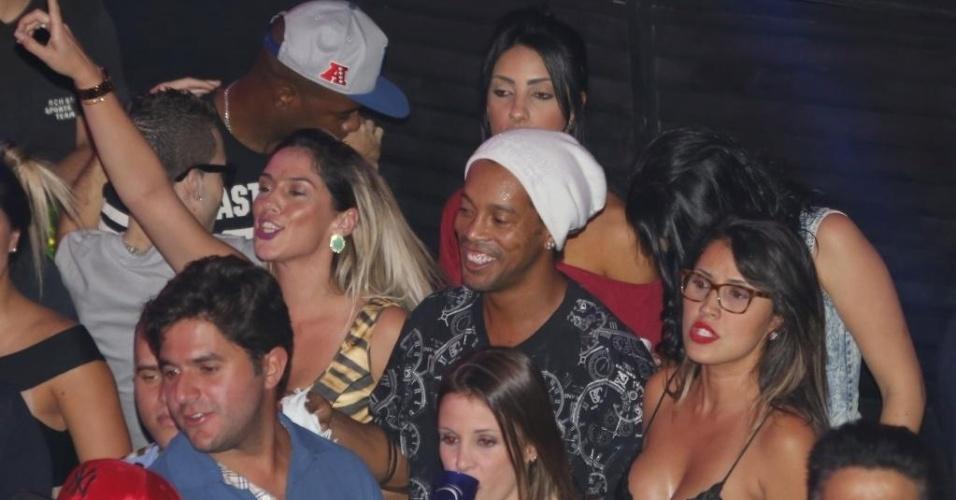 06.jun.2015 - 06.jun.2015 - Nos momentos em que não estava no palco, Ronaldinho estava sempre animado na pista e cercado por belas mulheres