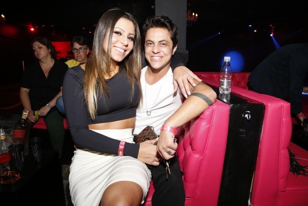 06.jun.2015 - Thammy Miranda (d) esteve na balada com sua namorada, Andressa Ferreira
