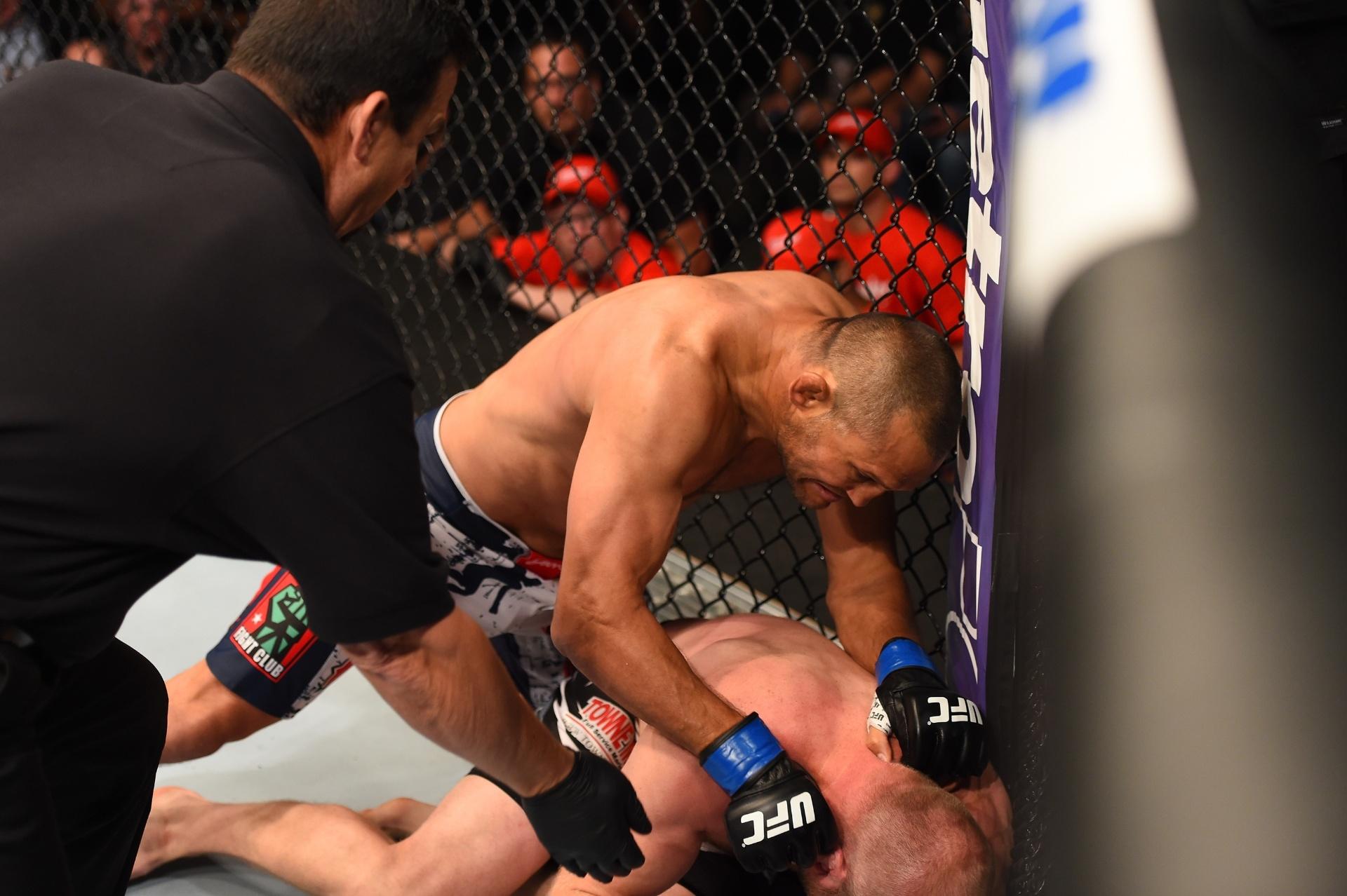 Dan Henderson acerta Tim Boetsch no UFC realizado em New Orleans e consegue o nocaute em apenas 28 segundos. Ele é o mais velho a nocautear no Ultimate, aos 44 anos e nove meses