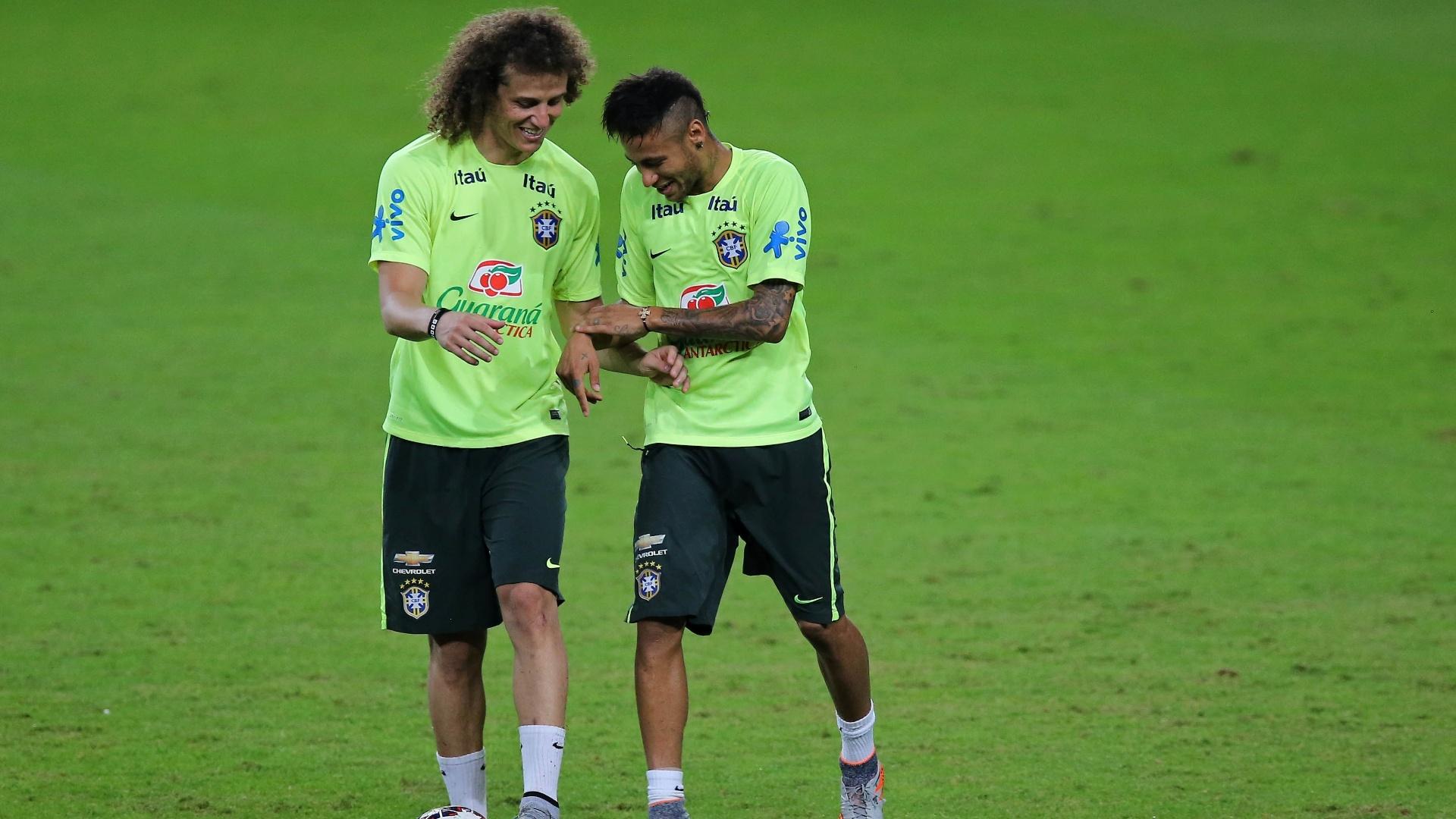 David Luiz e Neymar brincam durante o treino da seleção brasileira